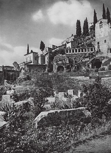 Verona, Teatro romano e S Libera; Verona, Roman Theatre and S Libra. Illustration for Italien, Baukunst und Landschaft (Ernst Wasmuth, 1925). Gravure printed.