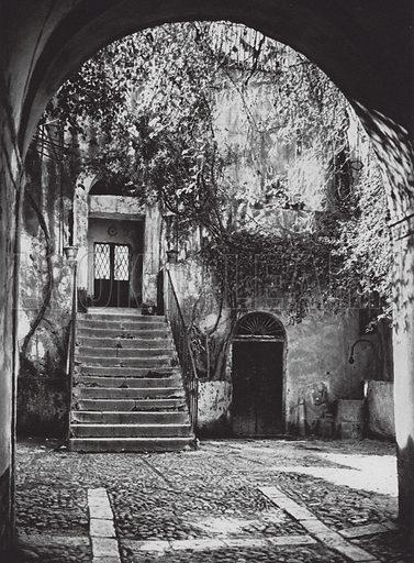 Cefalu, Cortile; Court in Cefalu. Illustration for Italien, Baukunst und Landschaft (Ernst Wasmuth, 1925). Gravure printed.