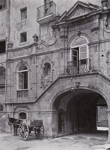 Siracusa, Ingresso del cortile di un palazzo. Illustration for Sicilia by Karl Grober (Dr Benno Filsher, 1924).