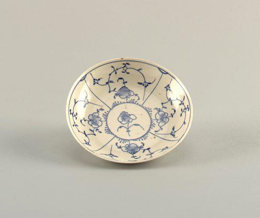 "Curved, with ""strohblumen"" pattern in underglaze blue. Date: 1780s. Record ID: chndm_1953-17-13."