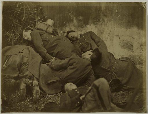 Siège de la Commune, mise en scène de soldats morts de la Commune, montage, 1871. Date de création: 1866–1876. Numéro d'object: CARPH020076.