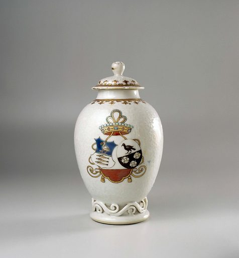 Ovoid tea caddy with the arms of the Van Schoonhoven and Geraerds family. Origin: China. Date: c 1739. Object ID: AK-NM-13504.