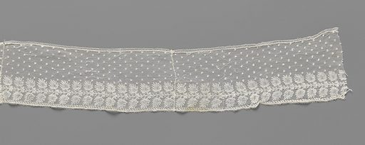 Strip bobbin lace with straight pine cones mirrored under a sprinkling pattern of pulp. Date: c 1800 – c 1815. Object ID: BK-1970-268.