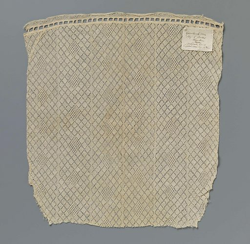 Dress of strips of bobbin lace with diamonds in diamond pattern. Origin: ? England. Date: c 1800 – c 1809. Object ID: BK-BR-355.