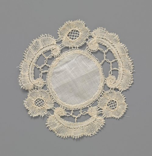 Bobbin lace dress or doily with C-volute and rosette flower. Origin: Bruges. Date: c 1900 – c 1924. Object ID: BK-NM-14367-6.