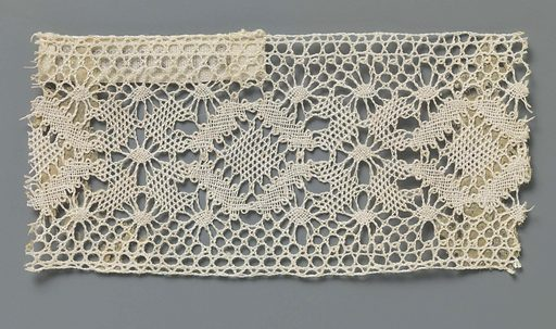 Bobbin lace insert with a row of diamonds surrounded by pointed ovals. Origin: Russia. Date: c 1900 – c 1924. Object ID: BK-NM-14367-FF.