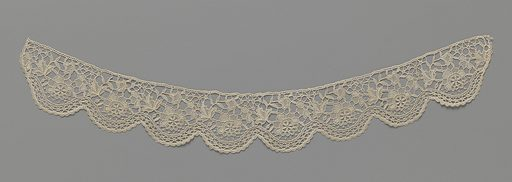 Needle lace collar with wavy scalloped edge and a rose in each shell. Date: c 1890 – c 1899. Object ID: BK-1958-128.