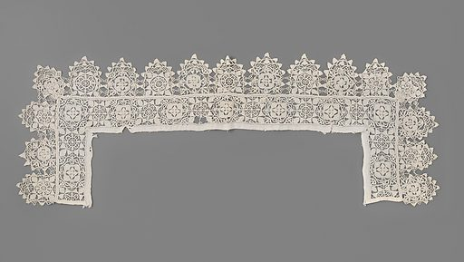 Scalloped square collar in Point coupé and reticella. Origin: Italy. Date: c 1610 – c 1630. Object ID: BK-1970-66.