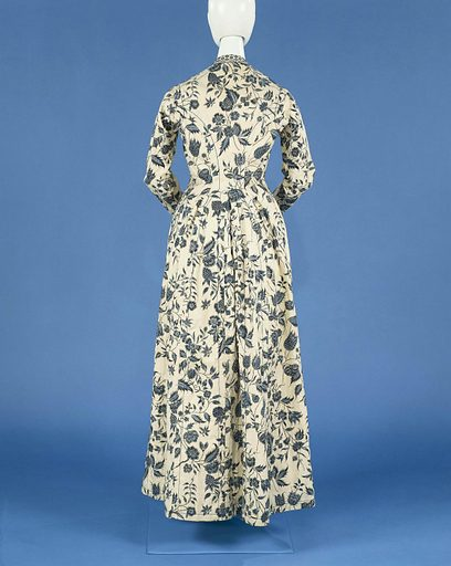 'Wentke' is the Hindeloopen name for this type of long-waisted chintz coat that was worn on high days by the women of that village in the province of Friesland. Wentkes could also be worn as mourning dress. This coat with blue floral scrolls on a white ground also has silver highlights, giving it a remarkably festive touch. Date: c 1750 – c 1775. Object ID: BK-NM-4515.