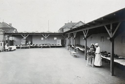 University Children's Hospital, Vienna: children lying flat on their beds around the edges of the roof garden. Photograph, 1921. Created 1921. Universitäts-Kinderklinik (Vienna, Austria). Work ID: zhs58rq3.