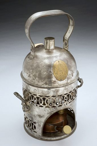 Bronchitis kettle by Allen and Son, 1840–1900. Graduated grey background. Contributors: Science Museum, London. Work ID: tn5z6a5w.