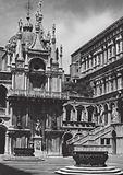 Venezia, Nel Cortile del Palazzo Ducale; Venice, Courtyard, Palace of the Doges