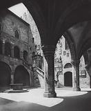 Firenze, Il Cortile del Bargello; Florence, Court in the Bargello Palace