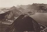Bresil: Rio de Janeiro, La montagne de la Urca, stalion intermediaire du trolley aerien qui relie la Praia Vermelha au …