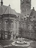 Le Palais de la Paix / The Peace Palace, The Hague: Court-yard with fountain