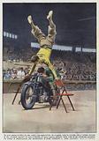 Un arco umano in bilico fra due sedie e una motocicletta che vi passa sotto in velocita
