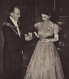 Mayor of Capetown presenting Princess Elizabeth with a coming of age key, 21 April 1947