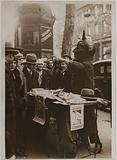 Patronage contest by street vendors on the Grands Boulevards, for the benefit of the sale of the anti-tuberculosis …