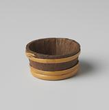 Tub or stand, made of staves wound with two and three hoops
