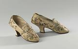 Women's shoe in scalloped silk with a cream-coloured background with bouquets of roses and blossom