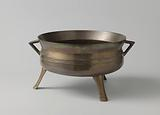 Casserole of bronze with watering cans IFH