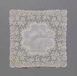 Handkerchief with rose edge of bobbin lace