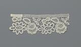 Strip bobbin lace alternating with a rose and an oval flower with nine lobes as petals