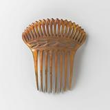 Horn comb, with eight teeth and an openwork back with vertical openings
