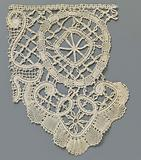 Strip bobbin lace with star in heart-shaped scallop and circle