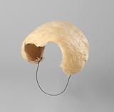 Hat (bibi), in natural sparterie and cream coloured feathers with a satin band