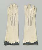 Pair of gloves with scalloped broder