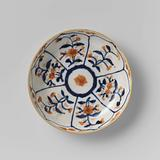 Saucer with petal-shaped panel around a central medallion, filled with flower sprays